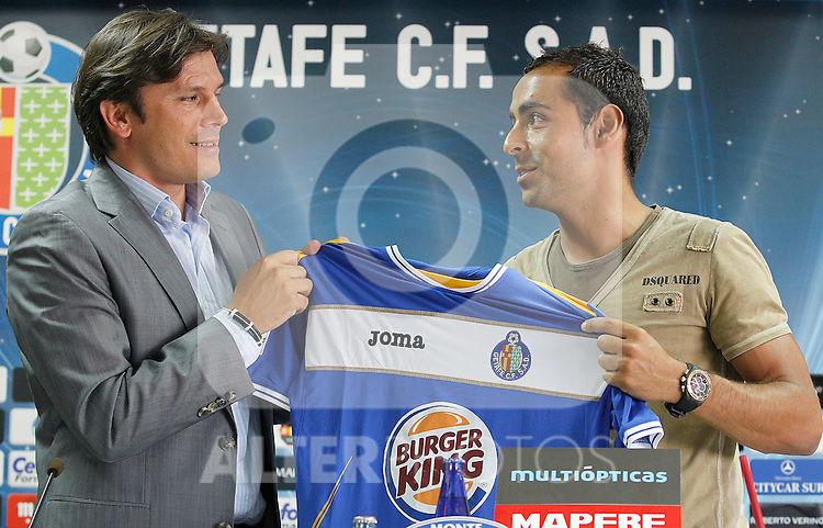 Getafe's new palyer Diego Castro (r) during his official presentation with the General Manager Toni Munoz. June 28, 2011. (ALTERPHOTOS/Acero)