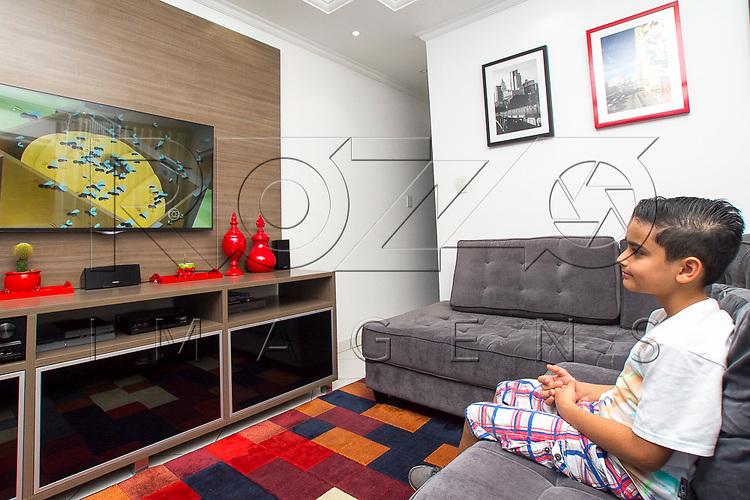 Criança de 9 anos vendo desenho, São Paulo - SP, 10/2016.