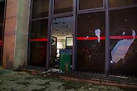 SÃO PAULO, SP - 11.06.2013: MANIFESTAÇÃO AUMENTO DA TARIFA - Manifestantes entram em confornto com a Policia na Av Paulista região central de São Paulo. No confronto algumas agencias bancárias tiveram os vidros quebrados. (Foto: Marcelo Brammer/Brazil Photo Press)