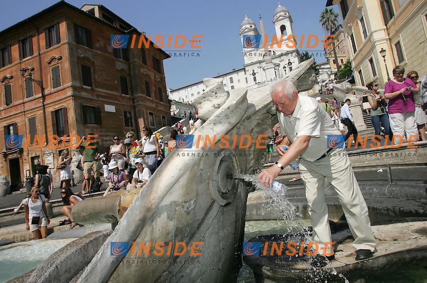 PIAZZA DI SPAGNA<br /> Roma 02/07/2010 Caldo a Roma. E' arrivata l'ondata di caldo e come ogni anno i turisti cercano refrigerio nelle fontane di Roma.<br /> Heat in Rome. <br /> Photo Samantha Zucchi Insidefoto