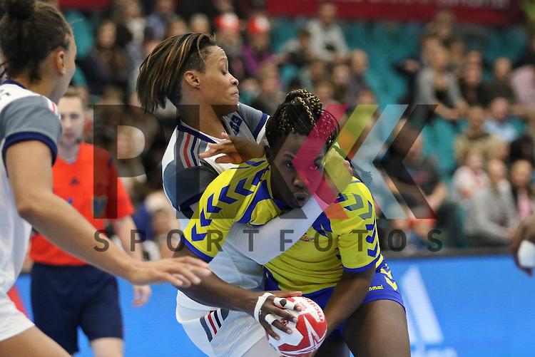 Kolding (DK), 10.12.15, Sport, Handball, 22th Women's Handball World Championship, Vorrunde, Gruppe C, Frankreich-DR Kongo :  Allison Pineau (Frankreich, #07), Grace Shokkos Songa (DR Kongo, #03)<br /> <br /> Foto &copy; PIX-Sportfotos *** Foto ist honorarpflichtig! *** Auf Anfrage in hoeherer Qualitaet/Aufloesung. Belegexemplar erbeten. Veroeffentlichung ausschliesslich fuer journalistisch-publizistische Zwecke. For editorial use only.