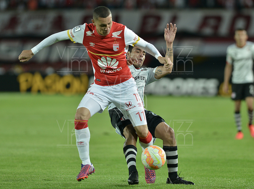 BOGOTÁ-COLOMBIA-22-04-2015. Luis Paez (Izq) jugador de Independiente Santa Fe de Colombia disputa el balón con Enrique Perez (Der) jugador de Atlas de Mexico, durante partido por la segunda fase, llave G1, de la Copa Bridgestone Libertadores 2015 jugado en el estadio Nemesio Camacho El Campin de la ciudad de Bogotá. / Luis Paez (L) player of Independiente Santa Fe of Colombia fights for the ball with Enrique Perez (R) player of Atlas de Mexico during the match for the second phase, G1 key, of the Copa Bridgestone Libertadores 2015 played at Nemesio Camacho El Campin stadium in Bogota city.  Photo: VizzorImage/ Gabriel Aponte /Staff