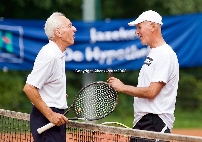 21-8-08, Netherlands, Utrecht, Nationale Veteranen Kampioenschappen, een vrolijk onderonsje tussen Peter Roodhart(L) en Jan Geenemans,70+