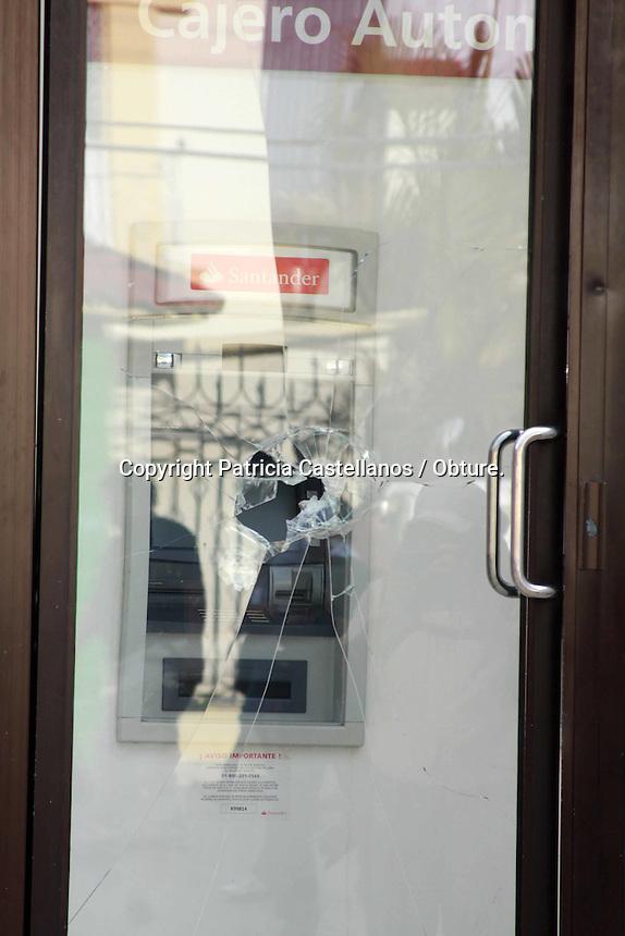 Oaxaca de Juárez, Oaxaca. 29 de Octubre de 2015.- Con una movilización llena de vandalismo, y violencia, los integrantes de la sección 22 del Sindicato Nacional de Trabajadores de la Educación (SNTE), marcharon en exigencia de la liberación de 4 representantes regionales de nombres  Juan Carlos Orozco Matus, Othon Nazariega Segura, Efraín Picazo Pérez, y  Roberto Abel Jiménez, quienes fueran detenidos la madrugada de anoche por la policía federal, acusados por varios delitos.<br /> <br />  Dicha movilización estuvo prácticamente censurada con la prensa en todo el trayecto por un grupo radical de docentes que encabezaban la marcha, quienes a su paso, rompieron cristales de cajeros automáticos, tiendas departamentales, hicieron pintas en residencias privadas, vandalizaron dos camionetas de la policía federal que estaban estacionadas en un hotel, y golpearon brutalmente a una persona hasta desangrarle la boca, acusándolo de espía del gobierno, mismo a quien humillaron públicamente amarrándolo de manos y exhibiendo al frente de su protesta.<br /> <br /> Cabe destacar que los maestros arremetieron censurando en todo momento a la prensa, atacando en varias ocasiones intentando quitar equipos, y obligando a borrar material grafico de sus actos delictivos.