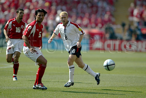 17 June 2004: England midfielder PAUL SCHOLES in action with the ball during the Euro 2004 Group B game between England and Switzerland played at the Estadio Cidade de Coimbra, Coimbra, Portugal. England won the game 3-0. Photo: Neil Tingle/Action Plus...040617 football soccer player players UEFA European Championships