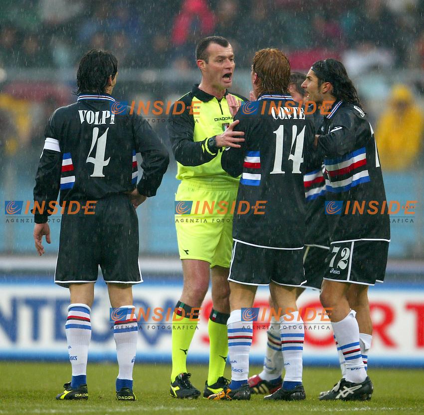 Roma 18/1/2004<br /> Roma Sampdoria 3-1<br /> I giocatori della Sampdoria protestano con l'arbitro Ayroldi per un calcio di punizione contrario<br /> Foto Andrea Staccioli Insidefoto