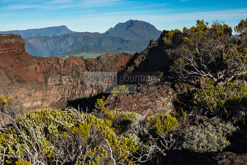 France, île de la Réunion, Parc national de La Réunion, classé Patrimoine Mondial de l'UNESCO, le Piton des Neiges depuis le volcan du Piton de la Fournaise , au premier plan le cratère Commerson //   France, Reunion island (French overseas department), Parc National de La Reunion (Reunion National Park), listed as World Heritage by UNESCO, Piton des Neiges seen from the Piton de la Fournaise volcano, foreground  Commerson crater