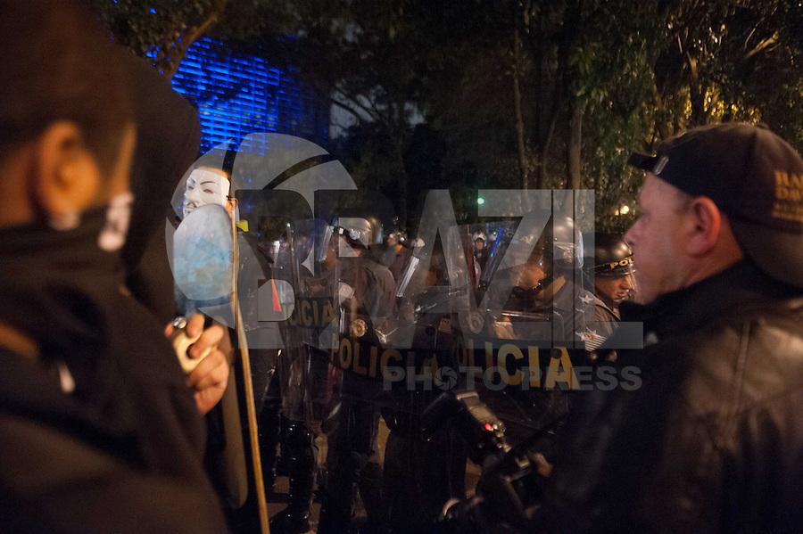 SAO PAULO, SP, 16.08.2013 - PROTESTO CONTRA CABRAL E ALCKMIN/TRANSPARÊNCIA TRANSPORTE PÚBL - GERAL - Manifestantes na Avenida 9 de julho durante Protesto contra Cabral e Alckmin por transparência no transporte público na cidade de São Paulo (SP), nesta sexta-feira (16). Integrantes do Black Bloc participam da manifestação.Foto: Adriano Lima / Brazil Photo Press