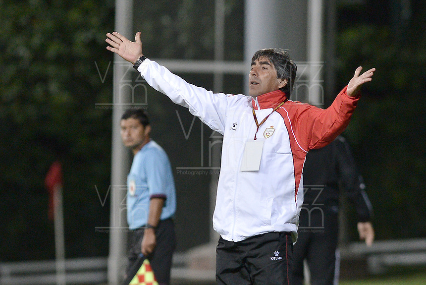 BOGOTA -COLOMBIA-01-06-2015. Oscar Eduardo Juarez técnico de Real Cartagena gesticula durante encuentro con América de Cali por la fecha 16 del Torneo Aguila 2015 jugado en el Metropolitano de Techo de la ciudad de Bogotá./ Oscar Eduardo Juarez coach of Real Cartagena gestures during match against America de Cali for the 16th date of Aguila Tournament 2015 played at Metropolitano de Techo stadium in Bogota city. Photo: VizzorImage / Gabriel Aponte / Staff
