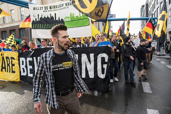 Knapp 100 Mitglieder und Anhaenger der sog. &quot;Identitaeren&quot; demonstrierten am Freitag den 17. Juni 2016 in Berlin. Angemeldet waren laut Veranstalter 400 Teilnehmer. Die rechtsextremen Teilnehmer des Aufmarsches kamen aus Berlin, Bayern und Oestrreich und skandierten Parolen wie &quot;Berlin ist unsere Stadt&quot;, &quot;Festung Europa, macht die Grenzen dicht&quot; und No Border, No Nation, Stop Immigration&quot;.<br /> Im Bild: Karsten Vielhaber (alias Karsten<br /> Verber), Identitaere Berlin.<br /> 17.6.2016, Berlin<br /> Copyright: Christian-Ditsch.de<br /> [Inhaltsveraendernde Manipulation des Fotos nur nach ausdruecklicher Genehmigung des Fotografen. Vereinbarungen ueber Abtretung von Persoenlichkeitsrechten/Model Release der abgebildeten Person/Personen liegen nicht vor. NO MODEL RELEASE! Nur fuer Redaktionelle Zwecke. Don't publish without copyright Christian-Ditsch.de, Veroeffentlichung nur mit Fotografennennung, sowie gegen Honorar, MwSt. und Beleg. Konto: I N G - D i B a, IBAN DE58500105175400192269, BIC INGDDEFFXXX, Kontakt: post@christian-ditsch.de<br /> Bei der Bearbeitung der Dateiinformationen darf die Urheberkennzeichnung in den EXIF- und  IPTC-Daten nicht entfernt werden, diese sind in digitalen Medien nach &sect;95c UrhG rechtlich geschuetzt. Der Urhebervermerk wird gemaess &sect;13 UrhG verlangt.]