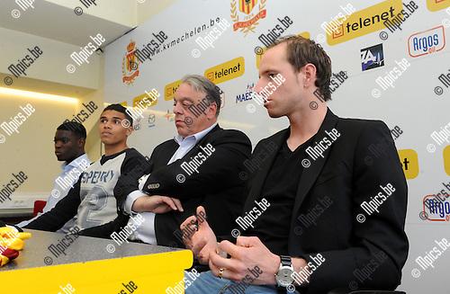 2014-05-02 / Voetbal / seizoen 2013-2014 / Persconferentie KV Mechelen / Voorzitter Johan Timmermans tussen Stevy Okitokandjo (l.), Jason Adesanya en Tim Matthys (r.)<br /><br />Foto: mpics.be