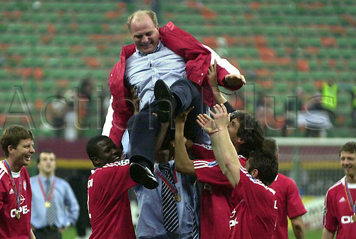 Manager Uli Hoeness being lifted in the air in celebration by his players after his FC Bayern Munich win the Champions League finals v CF Valencia 5-4 on penalties in Milan in 2001. Photo: Sven Simon/actionplus. Editorial rights only..