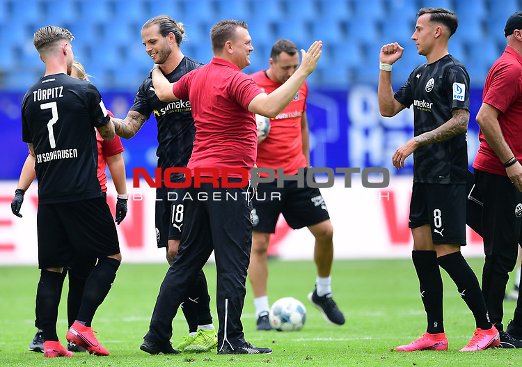 Schlussjubel v.l. Philip Tuerpitz, Dennis Diekmeier, Trainer Uwe Koschinat (Sandhausen), Mario Engels<br />