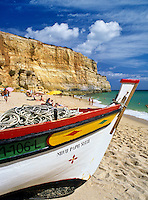 Portugal, Algarve, bei Carvoeiro: Fischerboot am Strand Praia de Benagil | Portugal, Algarve, bei Carvoeiro: Fishing boat on beach Praia de Benagil