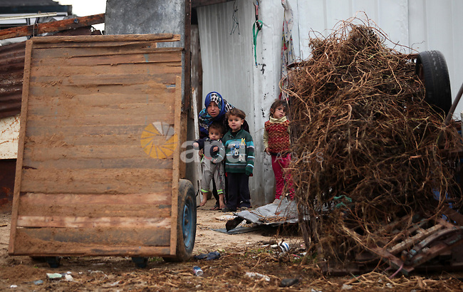 Palestinian children play outside their dwellings in Khan Younis in the southern Gaza Strip December 19, 2016. Photo by Ashraf Amra