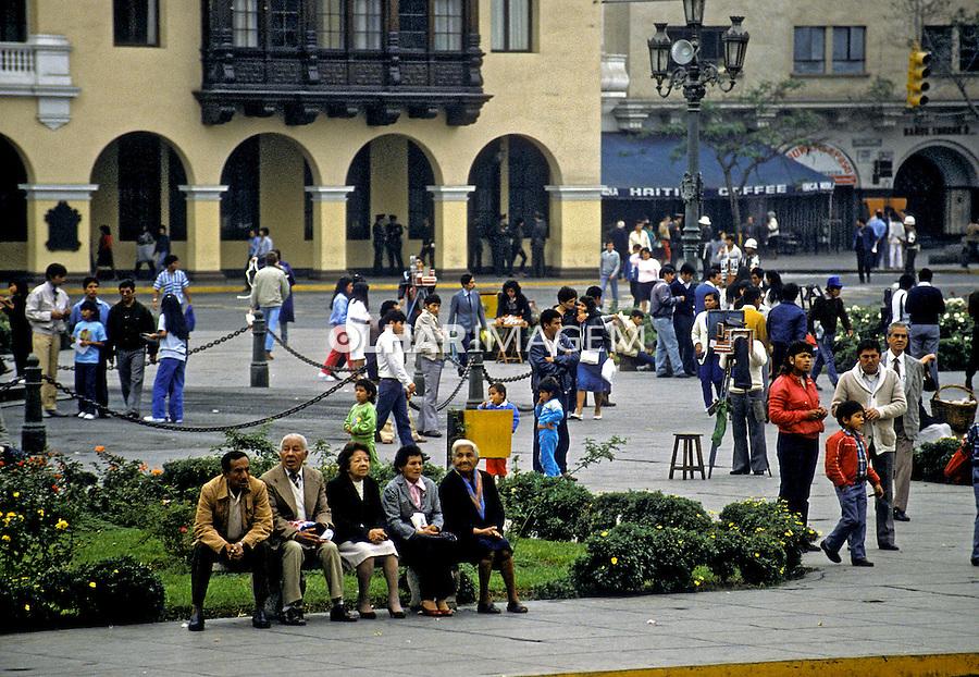 População na praça, centro de Lima. Perú. Foto de Juca Martins. Data: 1994