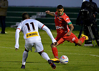 TUNJA -COLOMBIA, 18-07-2017: Carlos Rodriguez (Der) jugador de Patriotas FC disputa el balón con Jhonier Viveros (Izq) jugador de Cortuluá durante partido por la fecha 3 de la Liga Águila II 2017 realizado en el estadio La Independencia en Tunja. / Carlos Rodriguez (R) player of Patriotas FC fights for the ball with Jhonier Viveros (L) player of Cortulua during match for the date 3 of Aguila League II 2017 at La Independencia stadium in Tunja. Photo: VizzorImage / Javier Morales  / Cont