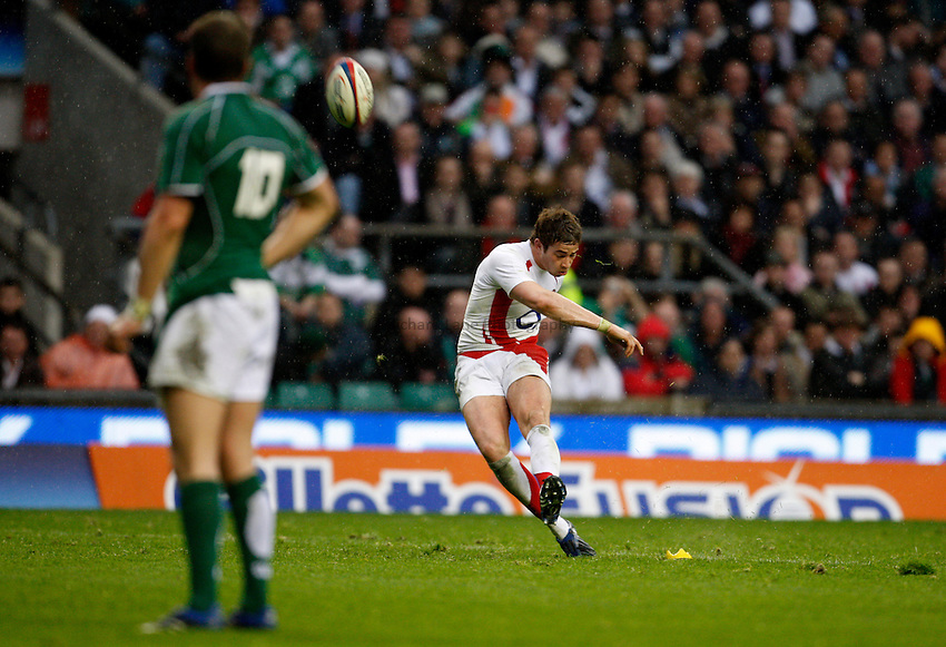 Photo: Richard Lane/Richard Lane Photography. .England v Ireland. RBS Six Nations. 15/03/2008. England's Danny Cipriani kicks.