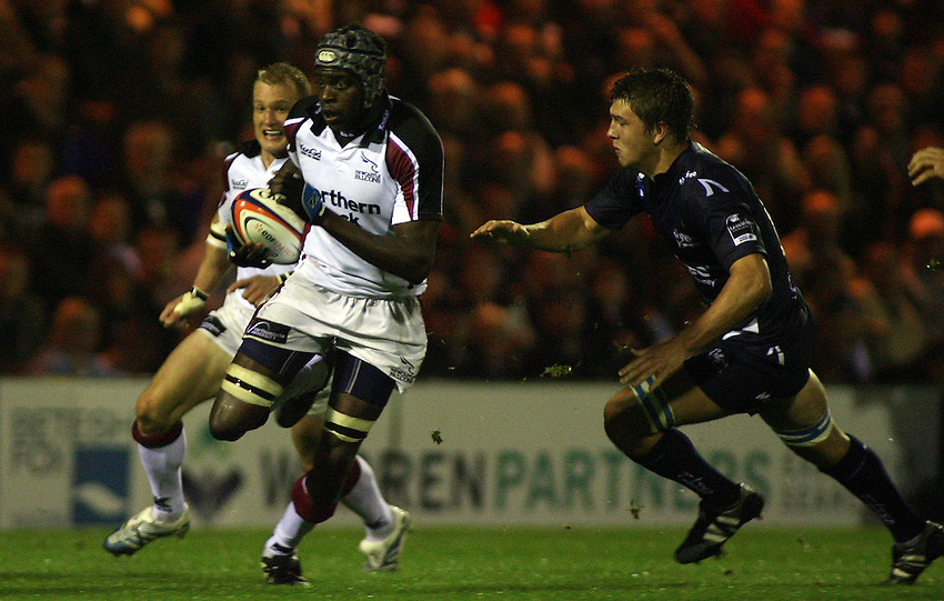 Photo: Paul Thomas..Sale Sharks v Newcastle Falcons. EDF Anglo-Welsh Cup. 29/09/2006...Newcastle's Eni Gesinde attacks.