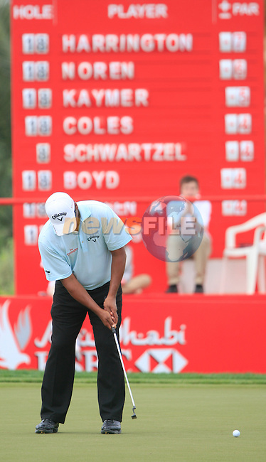 Michael Campbell takes his putt on the 13th green during Thusday Day 1 of the Abu Dhabi HSBC Golf Championship, 20th January 2011..(Picture Eoin Clarke/www.golffile.ie)
