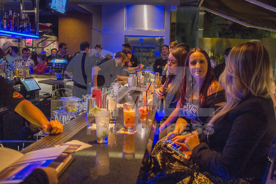 CURITIBA, PR, 28.05.2015 - ROCK-CAFÉ - Inauguração do primeiro Hard Rock Café em Curitiba, bairro Batel, na noite desta quinta-feira,28.(Foto: Paulo Lisboa / Brazil Photo Press/Folhapress)