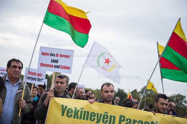 Am Donnerstag den 9. Oktober 2014 protestierten Kurden in Berlin vor dem Reichstag gegen die Terrororganisation Islamischer Staat (IS) und die mangelnde Unterstuetzung der Kurden durch die Nato-Laender im Kampf der Kurden gegen den IS. Allem voran wurde die zynische Rolle der Tuerkei in dem Krieg der IS u.a. gegen die Kurden benannt. Das Nato-Land geht mit Waffengewalt gegen Fluechtlinge aus dem syrischen Teil Kurdistans vor und unterstuetzt den IS bei dessen Kampf gegen die Kurden u.a. dadurch, dass der IS ungehindert die tuerkischen Staatsgrenzen passieren kann. Die Bombardierungen von IS-Terroristen durch die US-Luftwaffe sind im Kampf um die kurdische Stadt Kobane kaum eine Hilfe, da die Terroristen zahlenmaessig zu gross seien und die zerstoerten Waffen schnell wieder ersetzt wuerden.<br /> 9.10.2014, Berlin<br /> Copyright: Christian-Ditsch.de<br /> [Inhaltsveraendernde Manipulation des Fotos nur nach ausdruecklicher Genehmigung des Fotografen. Vereinbarungen ueber Abtretung von Persoenlichkeitsrechten/Model Release der abgebildeten Person/Personen liegen nicht vor. NO MODEL RELEASE! Don't publish without copyright Christian-Ditsch.de, Veroeffentlichung nur mit Fotografennennung, sowie gegen Honorar, MwSt. und Beleg. Konto: I N G - D i B a, IBAN DE58500105175400192269, BIC INGDDEFFXXX, Kontakt: post@christian-ditsch.de<br /> Urhebervermerk wird gemaess Paragraph 13 UHG verlangt.]