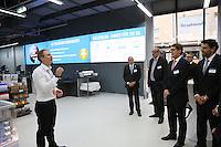 Geschäftsführer Moritz Kamp erklärt die Bereiche seiner Filiale