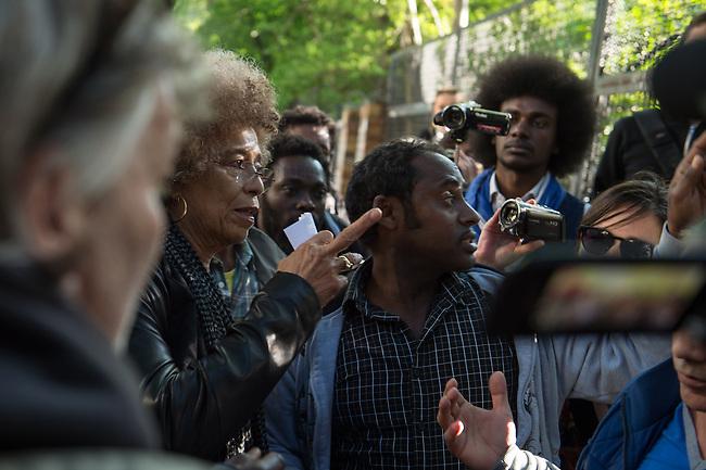 Die US-Menschenrechtlerin  Angela Davis (links im Bild) traf sich am Freitag den 15. Mai 2015 in Berlin mit Fluechtlingen. Unter ihnen viele, die in der Kreuzberger Schule in der Ohlauer Strasse wohnen und von der gruenen Regierung des Stadtteils die Schule verlassen sollen. Die Fluechtlinge schilderten ihr, wie ihre Situation in Deutschland und in Berlin ist, und wie sie von den deutschen Behoerden behandelt werden.<br /> Im Anschluss an das Gespraech gingen die Fluechtlinge mit ihr zum Schulgebaeude, ein Eintritt wurde ihr aber schon am Vortag vom Verantworlichen im Bezirksamt verwehrt.<br /> Im Bild: Angela Davis und die Fluechtlinge vor der Schule in der Ohlauer Strasse.<br /> 15.5.2015, Berlin<br /> Copyright: Christian-Ditsch.de<br /> [Inhaltsveraendernde Manipulation des Fotos nur nach ausdruecklicher Genehmigung des Fotografen. Vereinbarungen ueber Abtretung von Persoenlichkeitsrechten/Model Release der abgebildeten Person/Personen liegen nicht vor. NO MODEL RELEASE! Nur fuer Redaktionelle Zwecke. Don't publish without copyright Christian-Ditsch.de, Veroeffentlichung nur mit Fotografennennung, sowie gegen Honorar, MwSt. und Beleg. Konto: I N G - D i B a, IBAN DE58500105175400192269, BIC INGDDEFFXXX, Kontakt: post@christian-ditsch.de<br /> Bei der Bearbeitung der Dateiinformationen darf die Urheberkennzeichnung in den EXIF- und  IPTC-Daten nicht entfernt werden, diese sind in digitalen Medien nach &sect;95c UrhG rechtlich geschuetzt. Der Urhebervermerk wird gemaess &sect;13 UrhG verlangt.]