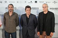 Spanish film director Fernando Leon de Aranoa (L), US actor Tim Robbins (R) and Puerto Rican actor Benicio del Toro pose during the `A Perfect Day´ (Un dis perfecto) film presentation in Madrid, Spain. August 25, 2015. (ALTERPHOTOS/Victor Blanco)