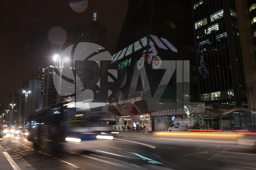 SAO PAULO, 25 DE MARCO DE 2013 - VIDEO GAME FACHADA FIESP - Dezenas de pessoas se reuniram em frente ao predio da FIESP na noite desta segunda feira, 25, para visualizar a projeção de um video game na fachada do edifício que fica na Avenida Paulista. O game é jogado no hall de entrada e projetado em painel luminoso na fachada.. (FOTO: ALEXANDRE MOREIRA / BRAZIL PHOTO PRESS)