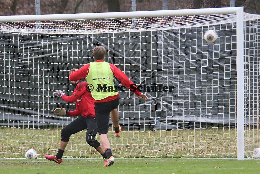 Kevin Trapp (Eintracht) gegen Marco Russ