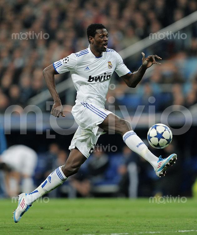 FUSSBALL   CHAMPIONS LEAGUE   SAISON 2010/2011   Achtelfinale  16.03.2011 Real Madrid  -  Olympic Lyon  Emmanuel Adebayor (Real Madrid)  mit Ball