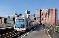 Metro bij halte Rijnhaven in Rotterdam