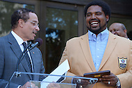 September 20, 2013  (Washington, DC)  Mayor Vincent Gray presents NFL Hall of Fame inductee and native Washingtonian Jonathan Ogden with the Key to the City.  (Photo by Don Baxter/Media Images International)