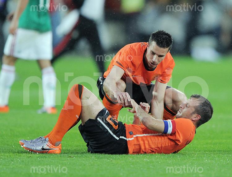 Fussball International:  Testspiel   26.05.2010 Holland - Mexiko Rafael van der Vaart (NED) liegt verletzt am Boden, Robin Van Persie (NED) schaut nach der Verletzung