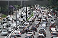 SÃO PAULO, SP, 03.02.2017 -TRANSITO-SP - Trânsito intenso no corredor norte-sul em ambos os sentidos na noite desta sexta-feira (03) (Foto: Renato Gizzi/Brazil Photo Press)
