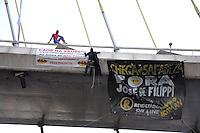 """SAO PAULO, SP, 09.06.2014 - Integrantes do grupo """"Loucos Pela Paz"""", fantasiados de Batman e Homem-Aranha, realizam um protesto na Ponte Octávio Frias de Oliveira, a Ponte Estaiada, na zona sul de São Paulo, na manhã desta segunda-feira, 09. O protesto pede melhorias na saúde municipal e a saída do secretário de Saúde da capital, José de Filippi Júnior (PT). (Foto: Kevin David / Brazil Photo Press)."""