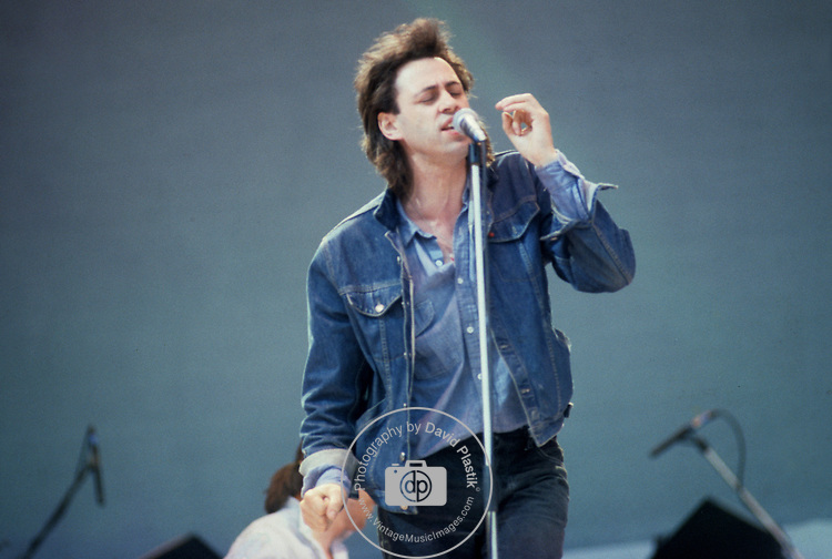 BOB GELDOF AT LIVE AID AT WEMBLEY STADIUM 1985