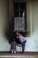 """Nochixtlán, los días que siguen.Por Patricia Castellanos.Oaxaca de Juárez, Oax. 22/06/2016.- Luego del enfrentamiento entre maestros de la sección 22 de la Coordinadora Nacional de Trabajadores de la Educación (CNTE), pobladores y corporaciones policiacas el pasado 19 de junio en Asunción Nochixtlán; en la comunidad solo quedan vestigios de vehículos quemados, un Palacio Municipal en ruinas, saqueado e incendiado después de la trifulca del fallido desalojo.La población luce gris, desolada, ausente de paseantes de las calles en un día común. Se respira luto por sus muertos.En éste luto, con los ojos invadidos de lágrimas y la voz entrecortada, Doña Patricia Sánchez Meza, madre de Jesús Sánchez, un joven de tan solo 19 años de edad que perdiera la vida durante el enfrentamiento, accede a conversar con periodistas; ahí exigió a las autoridades indemnización y justicia por el asesinato de su hijo. Madre de otras tres jovencitas, describió a su hijo como un chico sano y solidario con las personas. Mientras arregla con flores y veladoras el espacio donde será el novenario, platica que el día del conflicto, él acudió al llamado del pueblo, llamado que harían tocando las campanas de la iglesia. """"Jesús era ajeno a la lucha magisterial"""" avala, pero aun así iría a apoyar a los cuerpos de atención a heridos.En la última llamada telefónica entre ambos, él comentó que estaba bien a pesar de un rozón de bala que tenía en el brazo. La madre angustiada le fue a buscar a la zona de conflicto pero no lo encontró, solo halló humo, gritos, personas corriendo. Sería más tarde que una enfermera allegada a la familia le informaría que Jesús había fallecido víctima de un balazo en la parte superior del abdomen casi arriba del pene, proyectil que le perforó los intestinos y una arteria que conecta al corazón.Doña Patricia, acaricia con la mirada el álbum familiar de fotos donde parece Jesús, sus ojos se cristalizan de dolor. Recordó a s"""