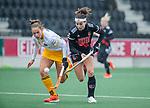 AMSTELVEEN - Eva de Goede (Adam) met Pien Sanders (DenBosch) ) tijdens de hoofdklasse hockeywedstrijd dames,  Amsterdam-Den Bosch (1-1).   COPYRIGHT KOEN SUYK
