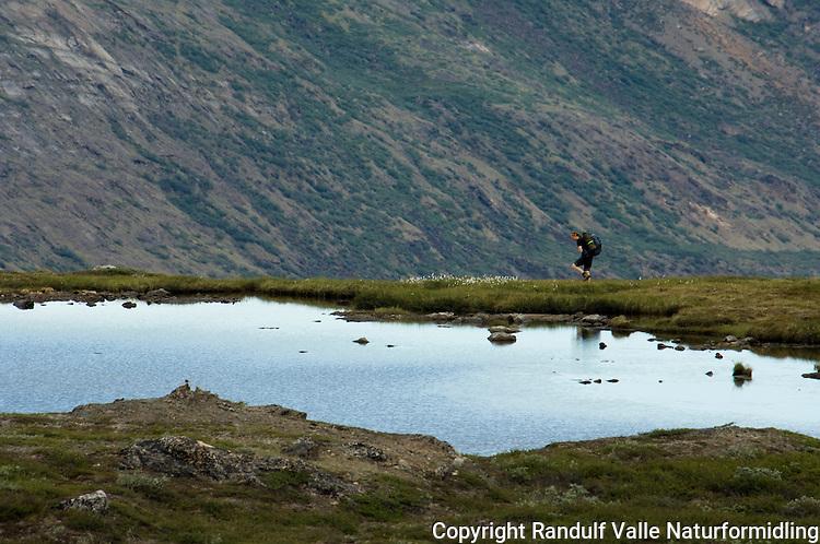 Jente går langs tjern ---- Girl walking along tarn