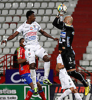 MANIZALES -COLOMBIA, 18-09-2013. H Mosquera Ramos de Once Caldas disputa el balón con Lucero Alvarez de Deportivo Pasto  válido por la fecha 11 de la Liga Postobón II 2013 jugado en el estadio Palogrande de la ciudad de Manizales./ Once Caldas player H Mosquera Ramos fights for the ball with Deportivo Pasto player Lucero Alvarez during match valid for the 11th date of the Postobon League II 2013 at Palogrande stadium in Manizales city. Photo: VizzorImage/Yonboni/STR