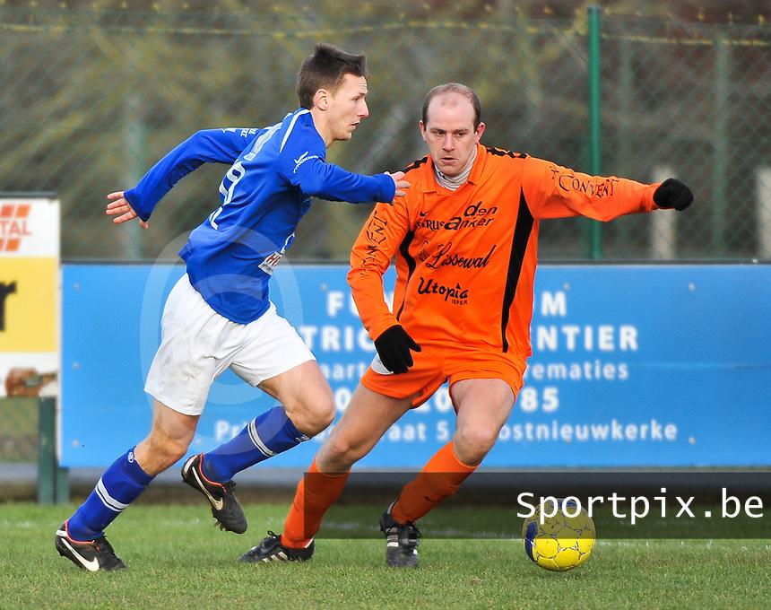 SK Oostnieuwkerke - Boezinge : Kevin Wullaert aan de bal voor Hans Hoornaert (rechts).foto VDB / BART VANDENBROUCKE