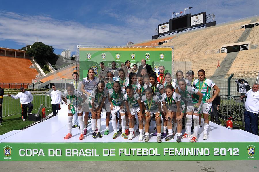 SÃO PAULO, SP, 10 DE JUNHO DE 2012 - FINAL DA COPA DO BRASIL DE FUTEBOL FEMININO: Jogadoras da equipe do Centro Olímpico vice-campeãs da Copa do Brasil de Futebol Feminino após partida São José E.C. x Centro Olimpico realizada na manhã deste domingo (10) no Estádio do Pacaembú. FOTO: LEVI BIANCO - BRAZIL PHOTO PRESS