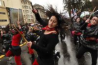 SCH01. SANTIAGO DE CHILE (CHILE), 18/08/2011.- Manifestantes bailan mientras participan en una marcha hoy, jueves 18 de agosto de 2011, en el marco de las demandas estudiantiles por una mejor educación, en una calle de Santiago (Chile). A su turno, el presidente Sebastián Piñera reiteró que sólo el diálogo puede conducir a una solución del conflicto. EFE/FELIPE TRUEBA