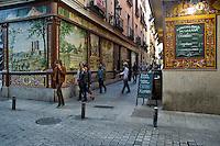 Gente a passeggio nei vicoli del centro storico di Madrid