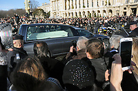 Ambaince pendant les funerailles de JOhnny HALLYDAY<br /> 9/12/2017<br /> passage du cerceuil<br /> Hommage populaire-fans<br /> passage du cerceuil<br /> Paris<br /> &copy;  STROMME/ DALLE