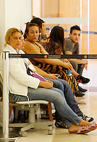 SÃO PAULO,SP,05 JANEIRO 2012 - MEGA LIQUIDAÇAO MAGAZINE LUIZA<br /> Fia Fernandes aguarda na fila  na porta da   loja  Magazine Luiza do Shopping Aricanduva na zona leste ela foi a primeira a chegar as 19h de segunda feira (02).FOTO ALE VIANNA - NEWS FREE.