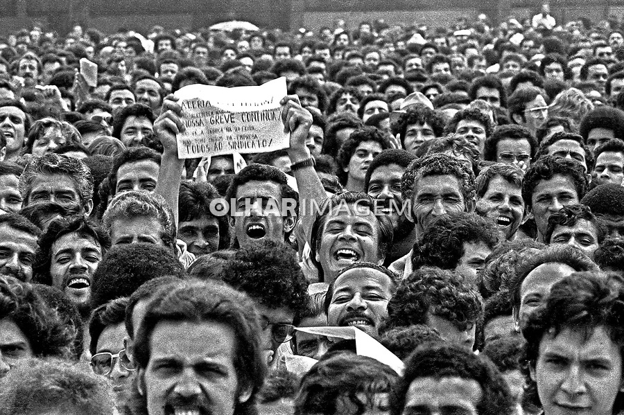 Assembleia de metalurgicos do Abc no estadio de Vila Euclides. SBC. 1979. Foto de Juca Martins.