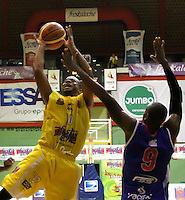 BUCARAMANGA - COLOMBIA: 28-10-2013: Maurice Carter (Izq), jugador de  Bucaros de Bucaramanga, disputa el balón Adison Mosquera (Der.) jugador de Guerreros de Bogota, durante partido, octubre 28 de 2013. Bukaros de Bucaramanga y Guerreros de Bogota, durante partido de la fecha 33 de la fase I de la Liga Directv Profesional de Baloncesto 2 en partido jugado en el Coliseo Vicente Diaz Romero. (Foto: VizzorImage / Duncan Bustamante / Str). Maurice Carter (L), player of Bucaros from Bucaramanga, vies for the ball with balón Adison Mosquera (R) player of Guerreros from Bogota, during a match, October 28, 2013. Bukaros from Bucaramanga and Guerreros from Bogota during a match for the 33 date of the Fase II of the League of Professional Directv Basketball 2 game at the Vicente Diaz Romero Coliseum. (Photo: VizzorImage / Duncan Bustamante / Str)